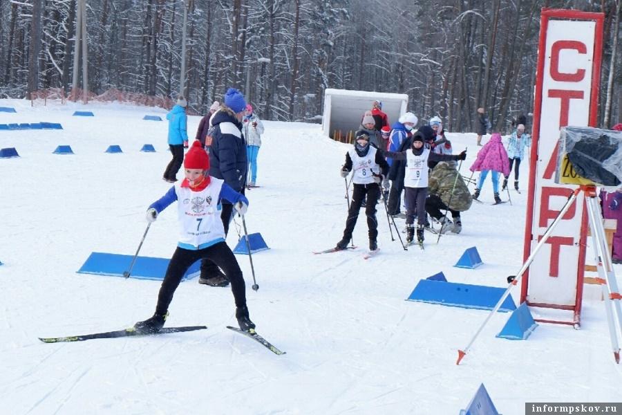 Сказывалась нехватка лыжного инвентаря и подготовка лыж к старту. Фото газеты «Наш путь»