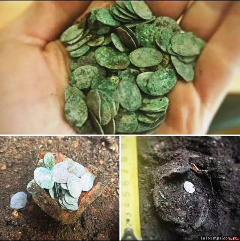 Сейчас монеты очистят и передадут в музей. Фото ВКонтакте