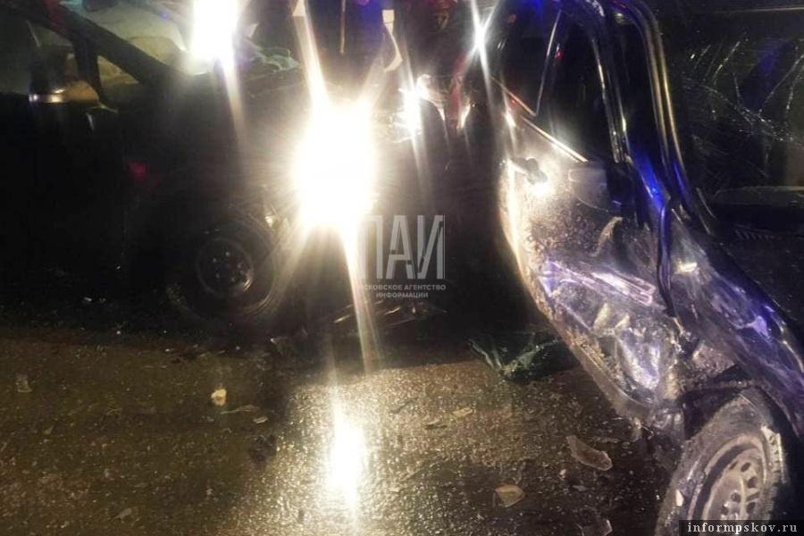 Решается вопрос о госпитализации девушки из автомобиля LADA. Фото ПАИ