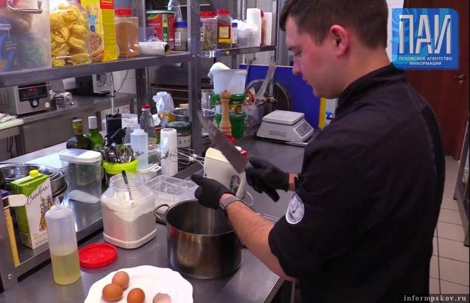 """Су-шеф кафе """"Несвятые святые"""" Антон Шпак готовит блины. Фото ПАИ."""