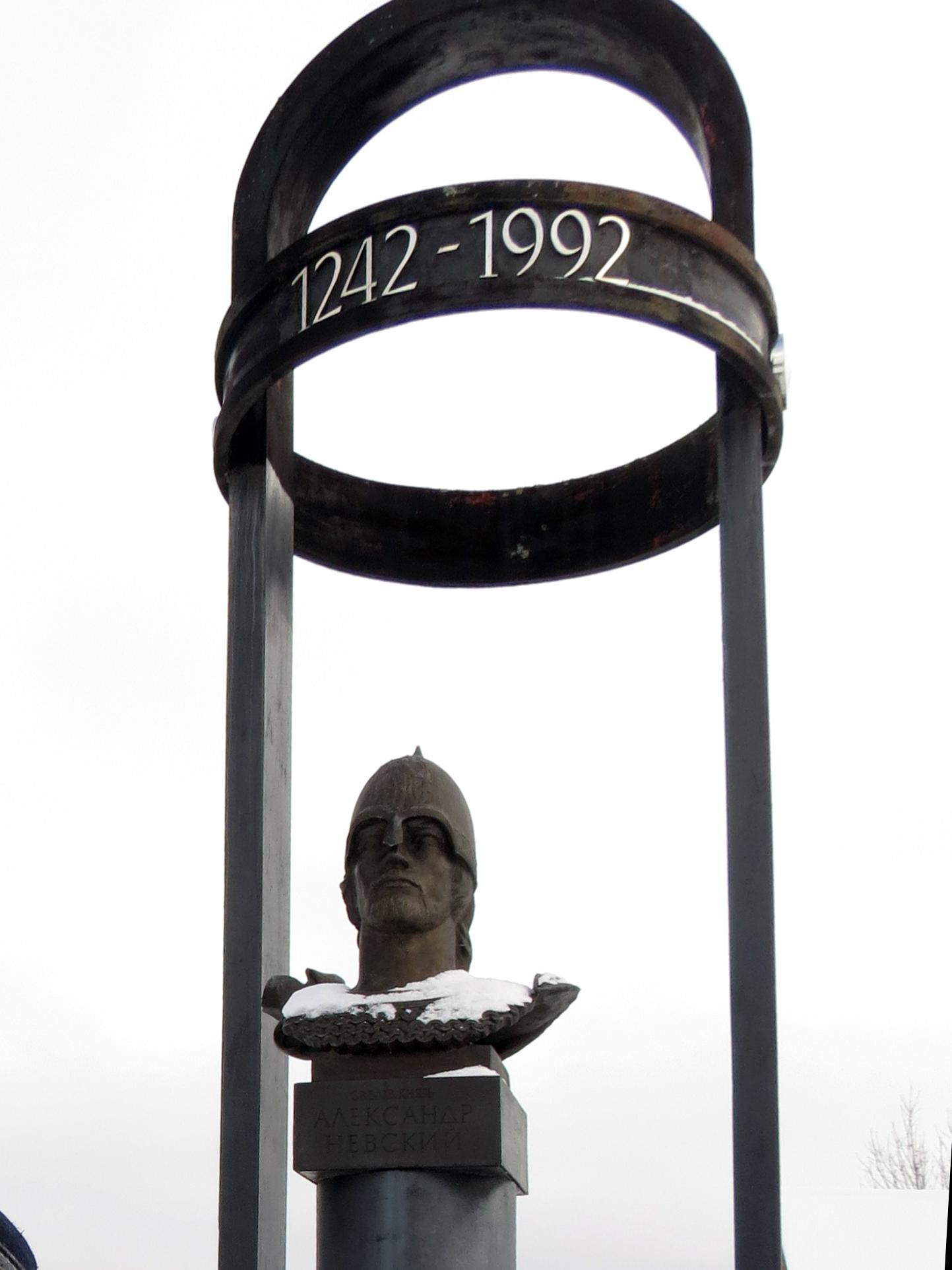 Суровый бронзовый взор Александра Невского устремлён на запад. Фото автора.