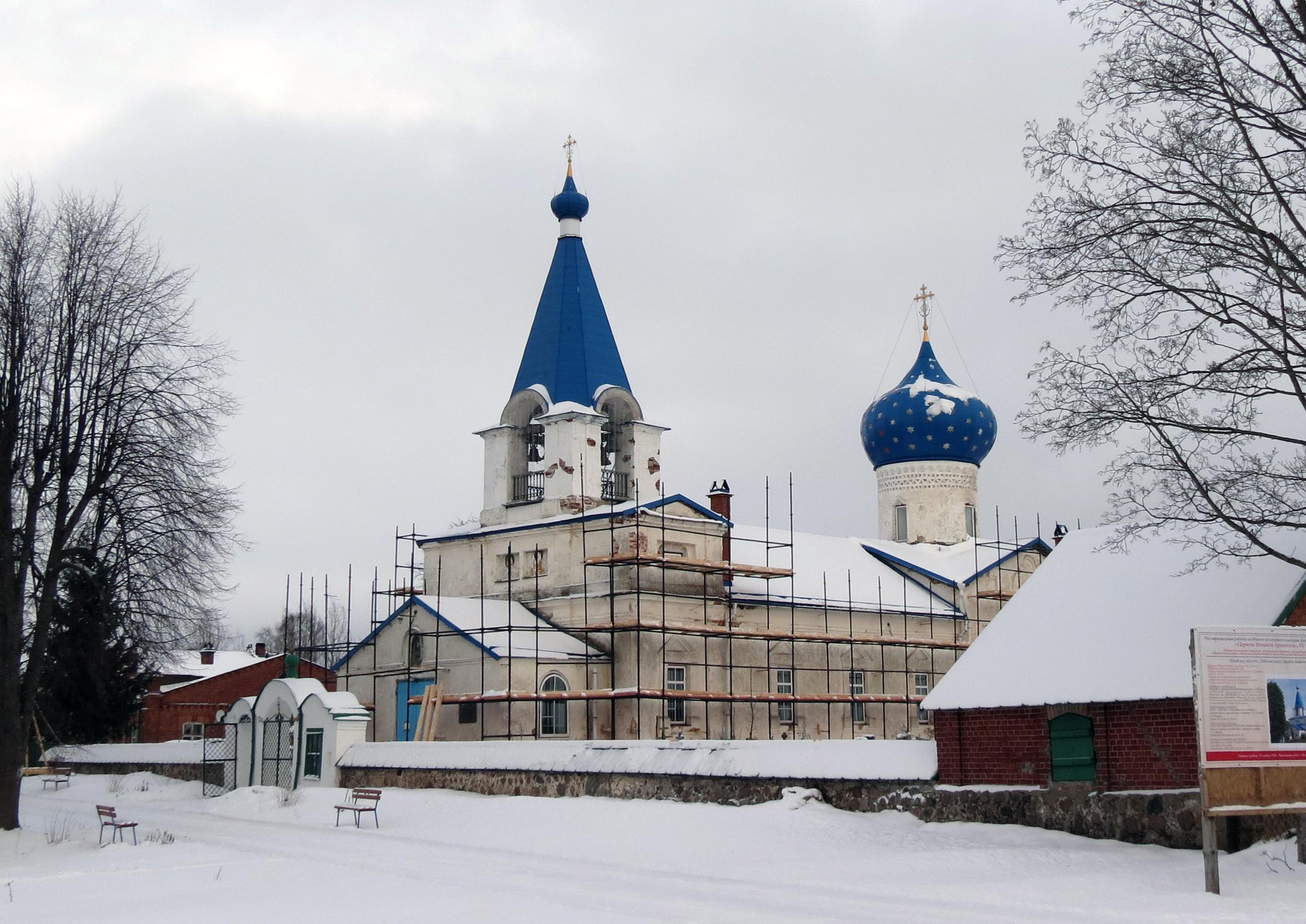 Церковь Михаила Архангела в Кобыльем Городище, как всегда, в строительных лесах. Фото автора.
