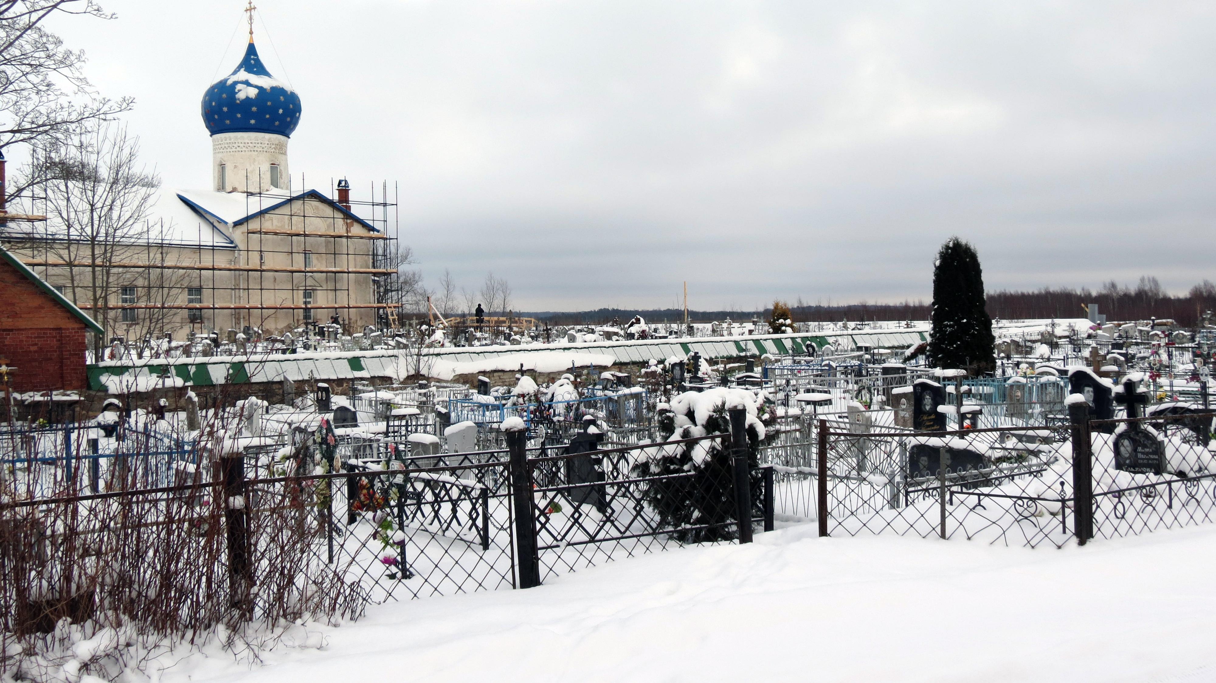 Ничего, на первый взгляд, не изменилось в Кобыльем Городище, кроме одного. Кладбище возле храма разрослось до поражающих размеров. Фото автора.