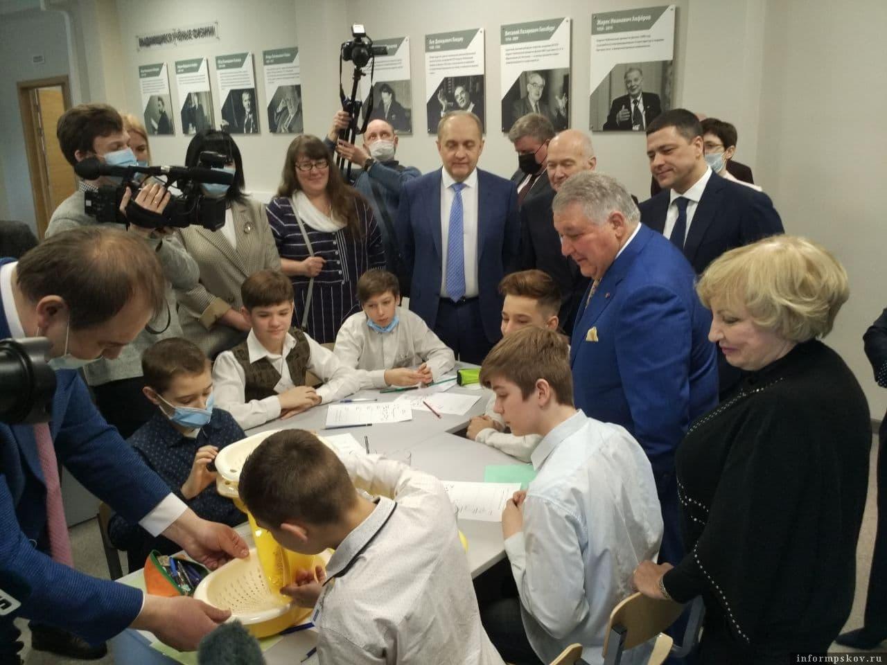Михаил Ковальчук на занятии учеников Кикоинского класса в Пскове