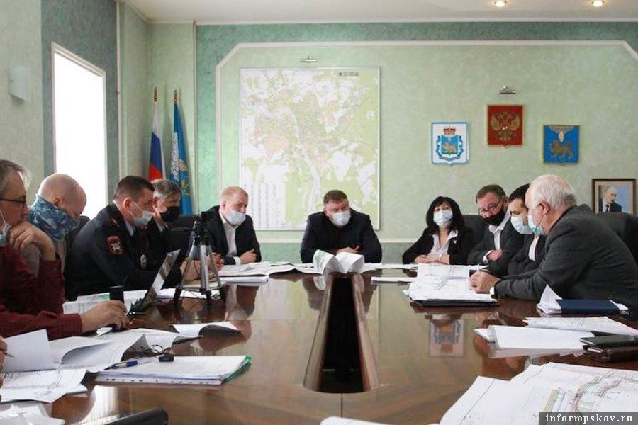 Специальная комиссия в администрации города Пскова решала вопросы безопасности перемещения при ремонте улиц. Фото Instagram