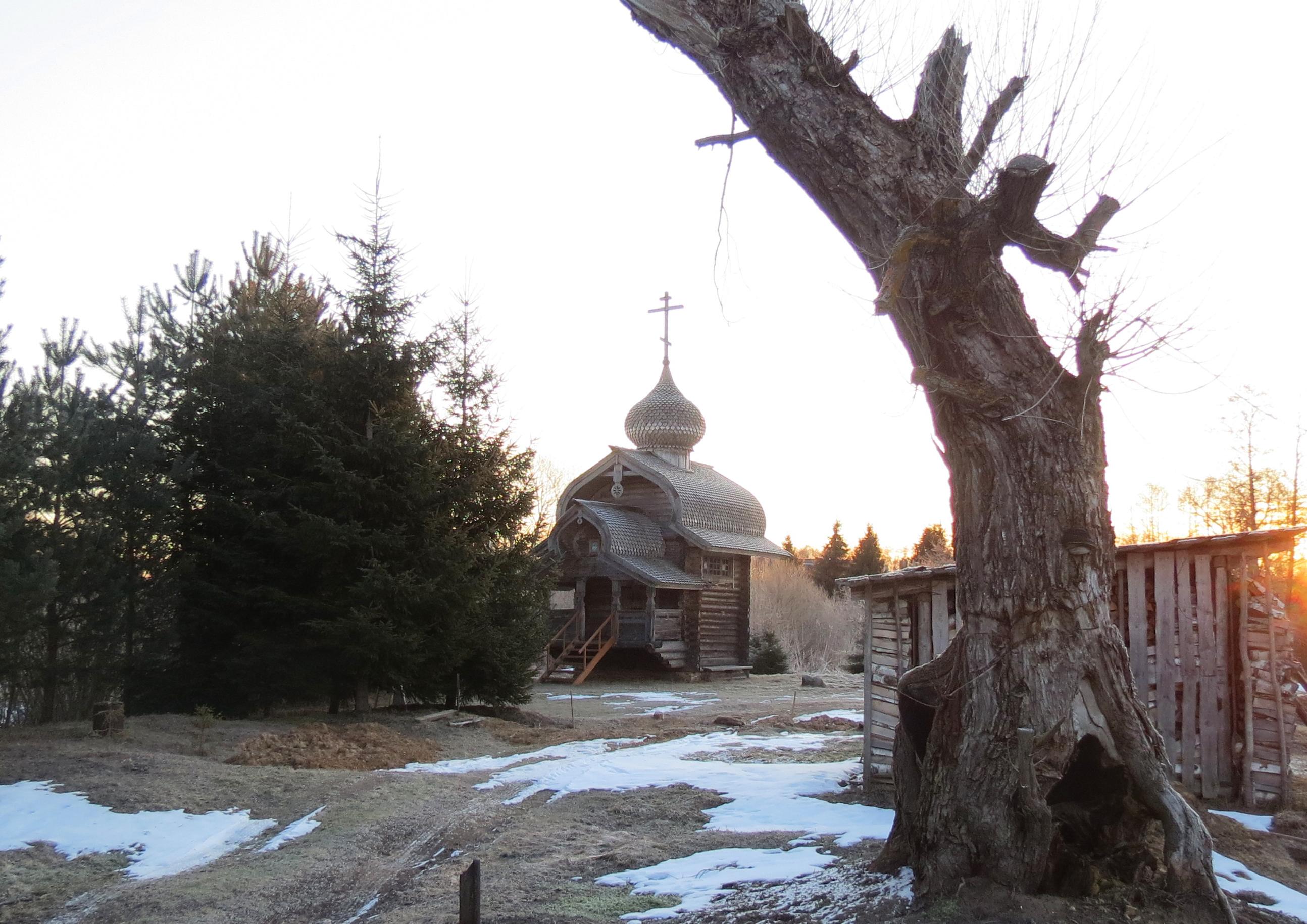 Часовня в деревне Пнево – словно явление из русской сказки. Фото автора.