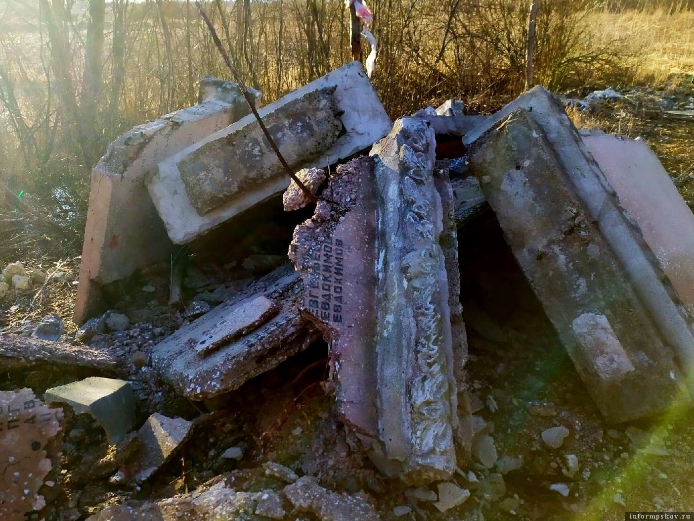 Надгробия свалены в кучу в лесу. Фото Андрея Бениаминова.