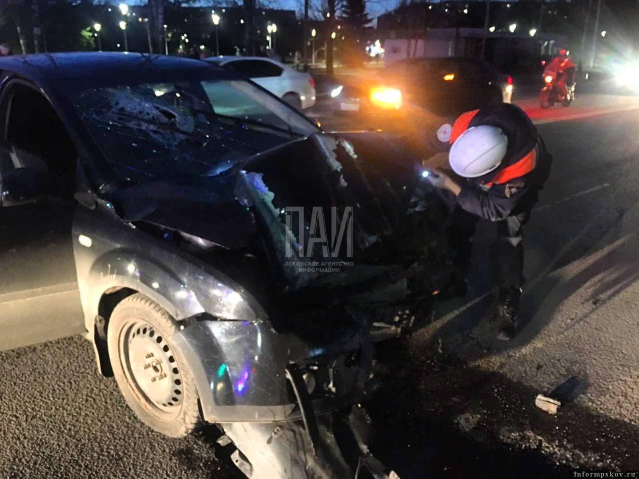 Автомобиль врезался в опору освещения. Фото ПАИ
