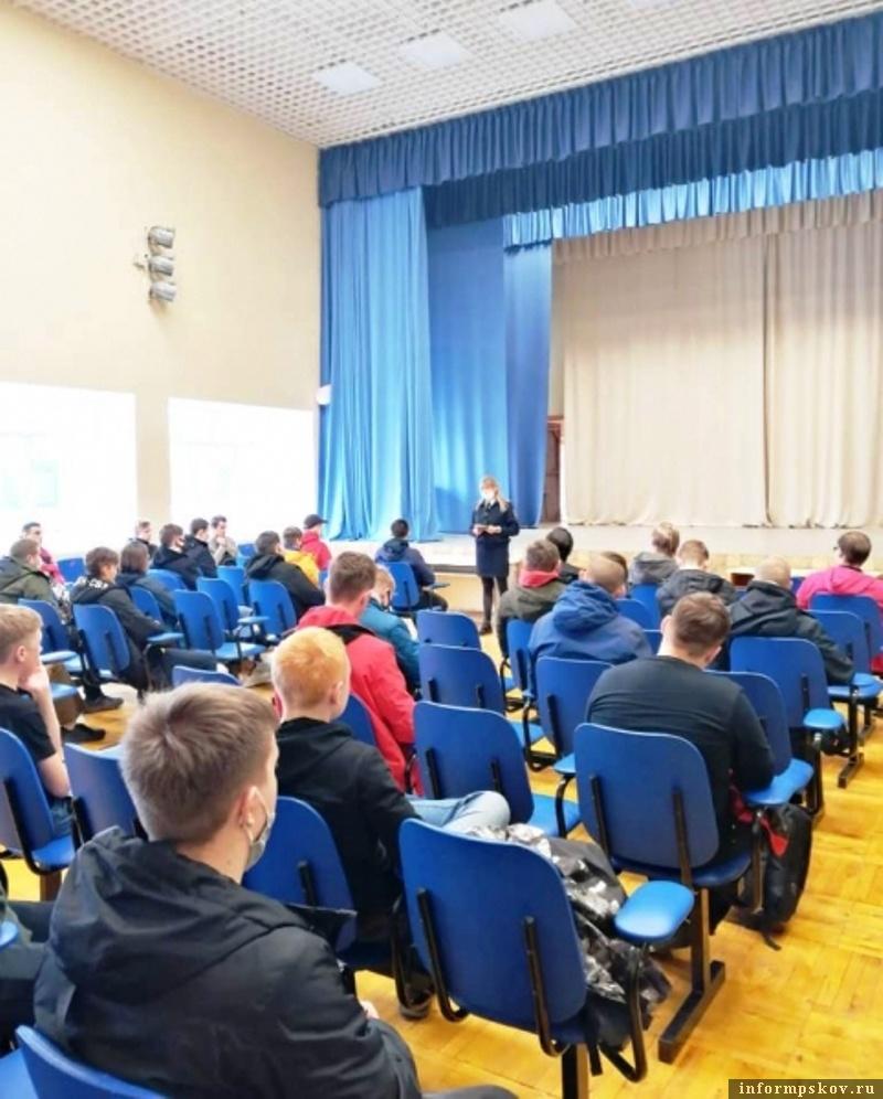 Учащимся колледжа напомнили о ПДД. Фото ОГИБДД ОМВД России по городу Великие Луки
