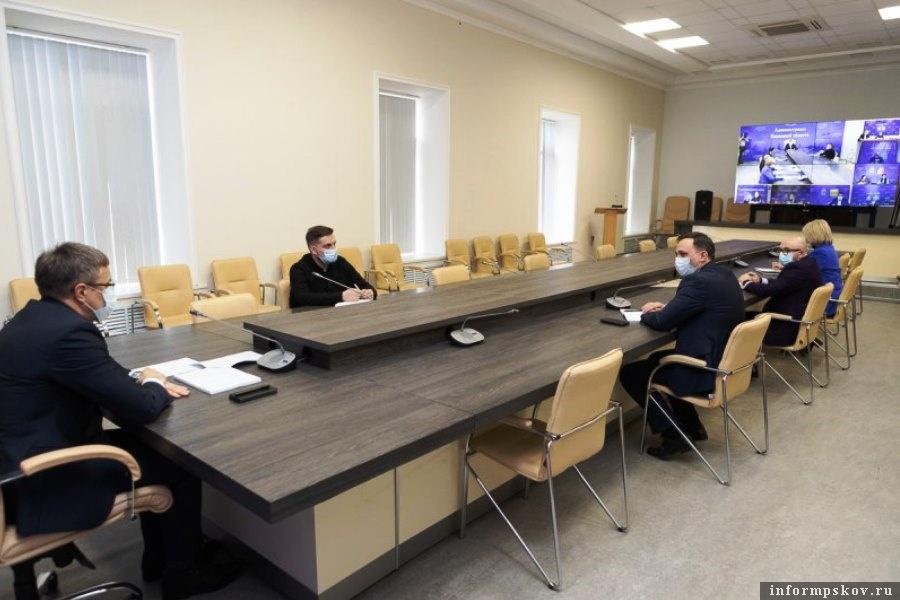 В администрации Псковской области решили вопросы проведения субботников. Фото областной администрации