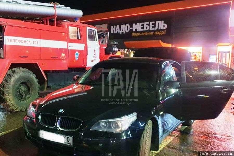 На парковке загорелся автомобиль BMW. Фото ПАИ