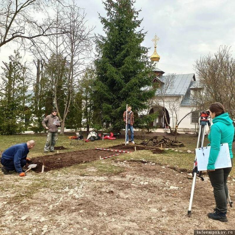На территории Снетогорского монастыря начались археологические работы. Фото Псковского археологического центра