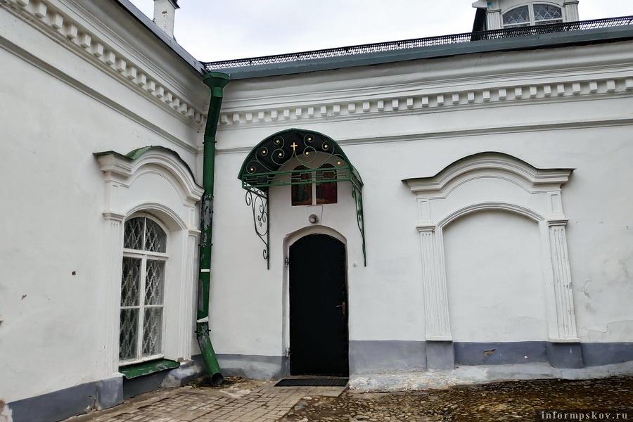 Один из двух входов в Благовещенскую церковь