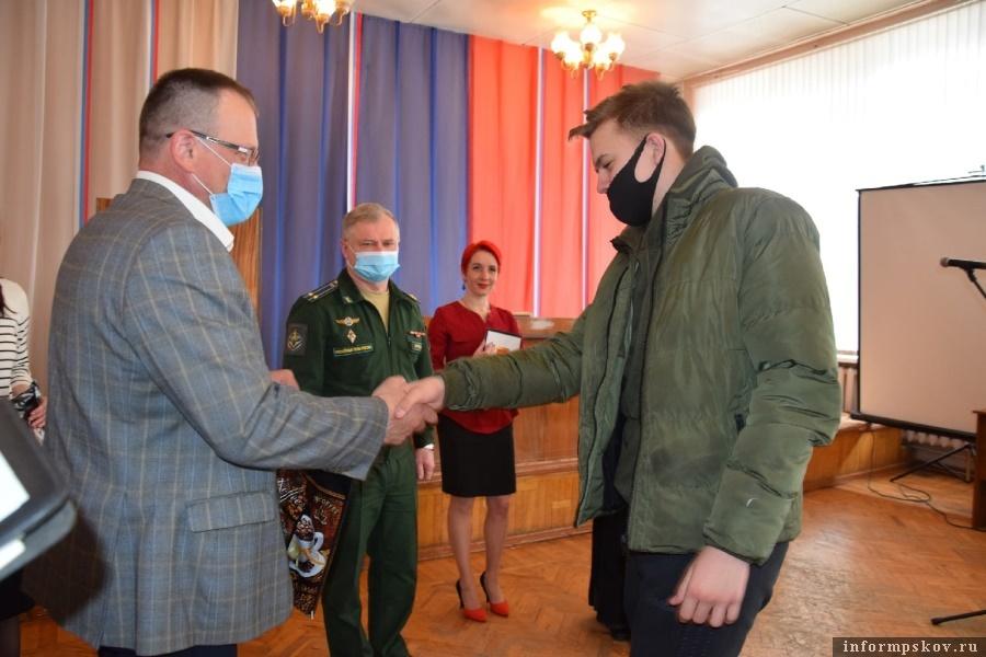 25 молодых парней из Опочецкого района станут защитниками страны. Фото газеты  «Красный маяк»