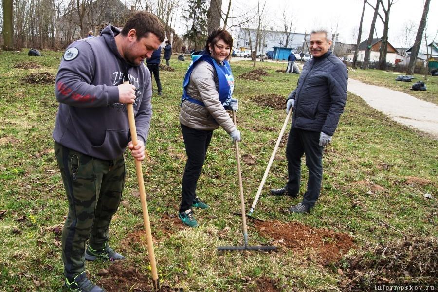 Уборка территории проходила при отличной погоде. Фото газеты «Псковская провинция»