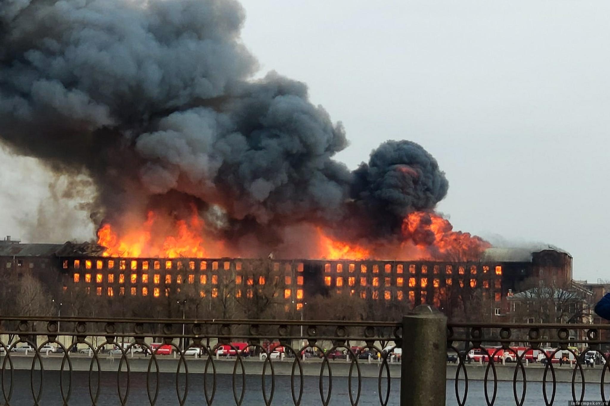 Огонь и дым были видны издалека. Фото РИА Новости