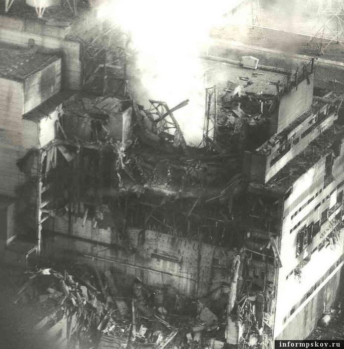 Четвертый реактор ЧАЭС после взрыва и пожара в 1986-м году (фото с сайта gordonua.com)