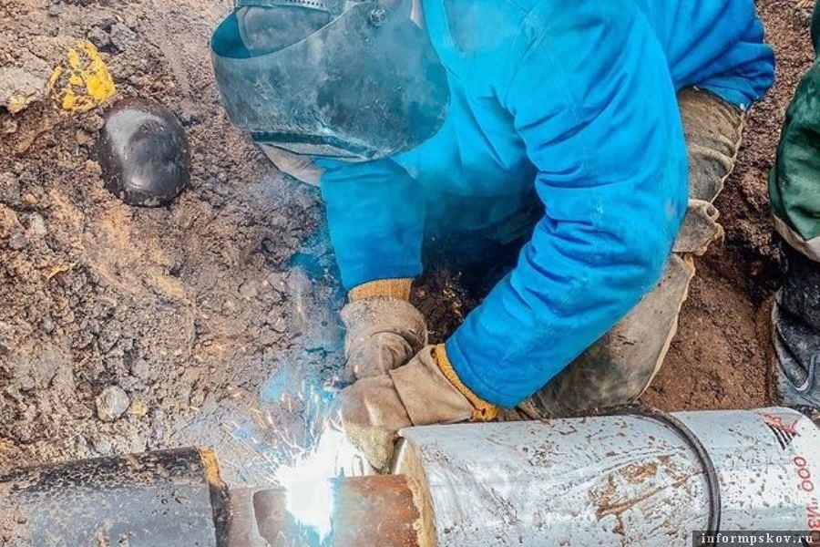 Сегодня сварщики доделывали последние работы на улице Леона Поземского. Фото Псковские тепловые сети