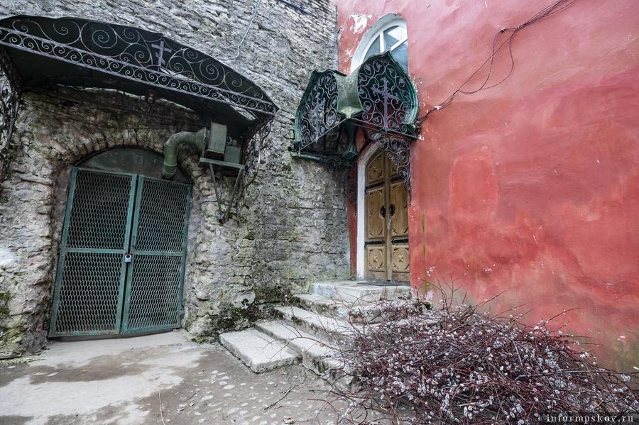 Ещё один вход в храм - слева по отношению к главному фасаду