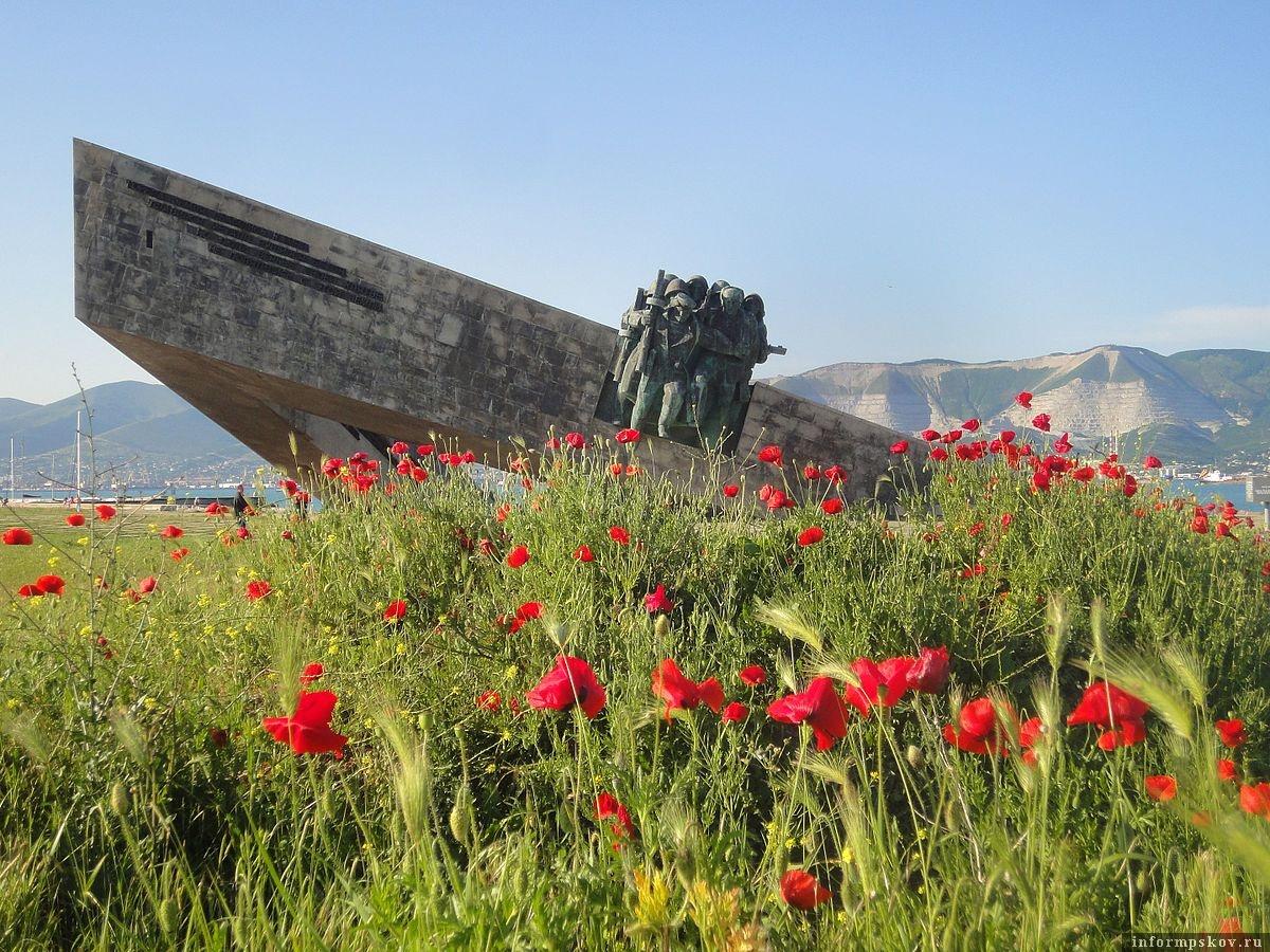 Мемориал «Малая земля». 225 дней в ожесточённых боях героические советские моряки и солдаты отстаивали плацдарм, названный десантниками «Малая земля».