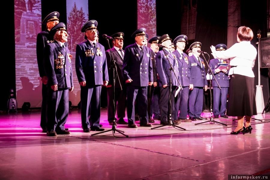 Зал тепло встречал каждый коллектив. Фото газеты «Великолукская правда.Новости»