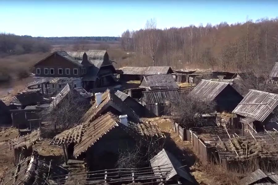 Заброшенная кинодеревня под Псковом стала местом нового путешествия. Фото скрин видео