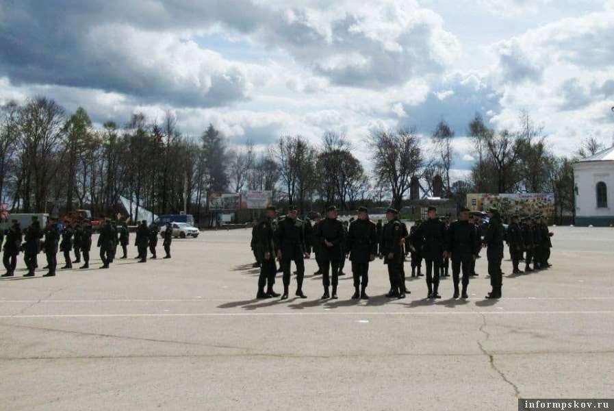 В Острове готовятся к проходу войск на параде. Фото