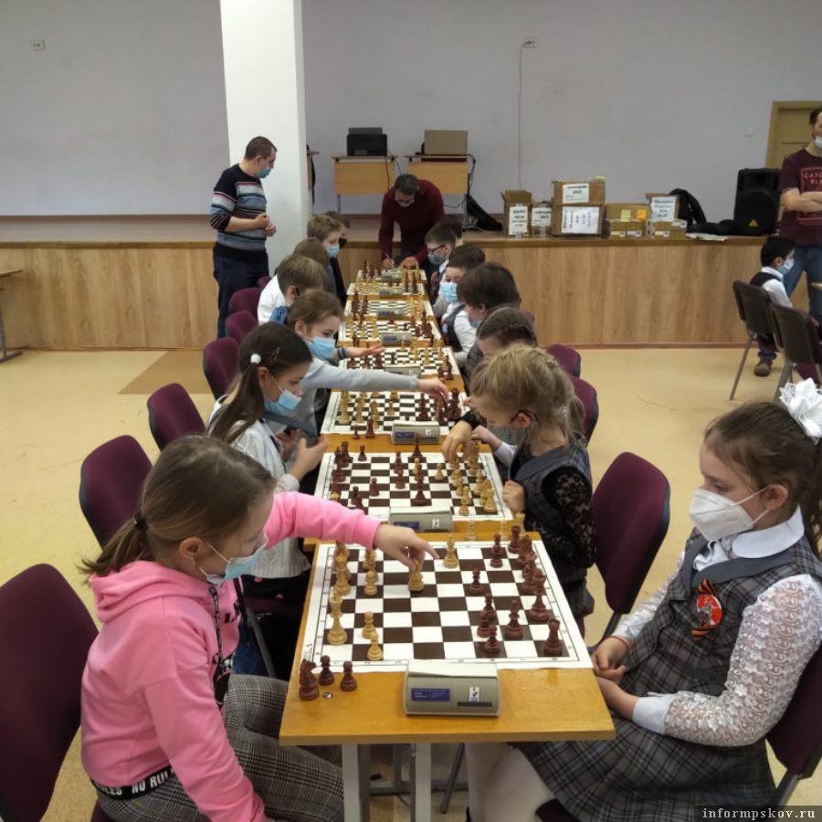 Победители групп разыграли в матче между собой судьбу «золотых» медалей и право представлять Псков на областном этапе. Фото Федерация шахмат Псковской области