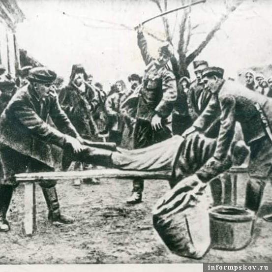 Снимок найден у убитого немецкого офицера с припиской: «Мы становимся помещиками, приобретаем славянских рабов и делаем с ними все, что хотим»
