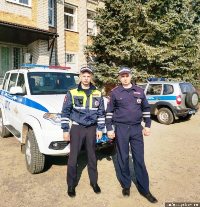 Инспекторы помогли вытащить застрявший на лесной дороге автомобиль. Фото  пресс-службы УМВД России по Псковской области