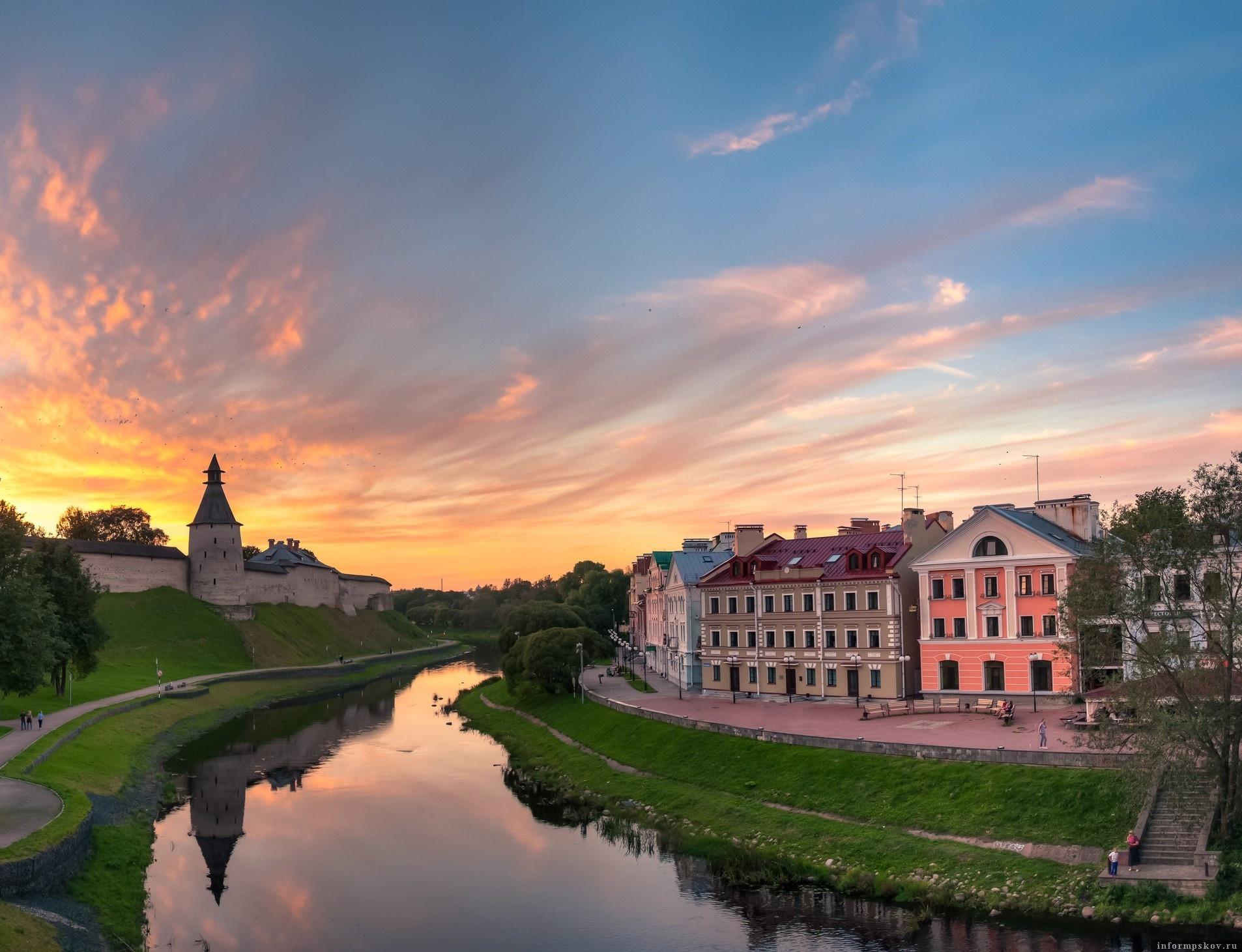 Вид с площадки на Троицком мосту в Пскове. Фото предоставлено ТИЦ Псковской области.
