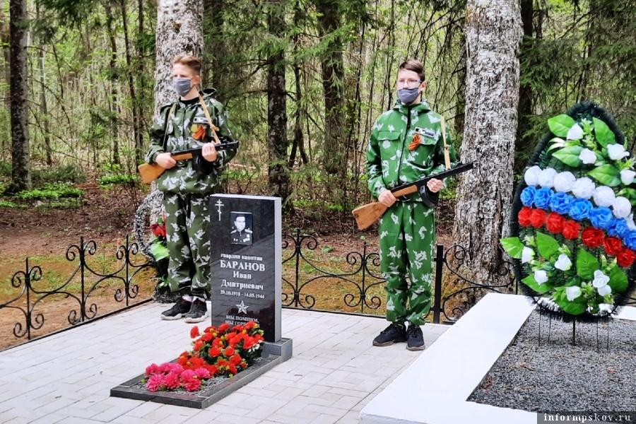 В Чернёво установили памятник Ивану Баранову. Фото газеты «Гдовская заря»