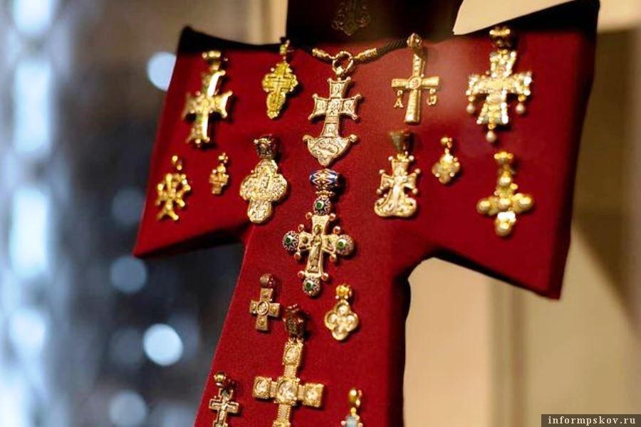 Множество нательных православных крестов представлено в экспозиции. Фото Instagram