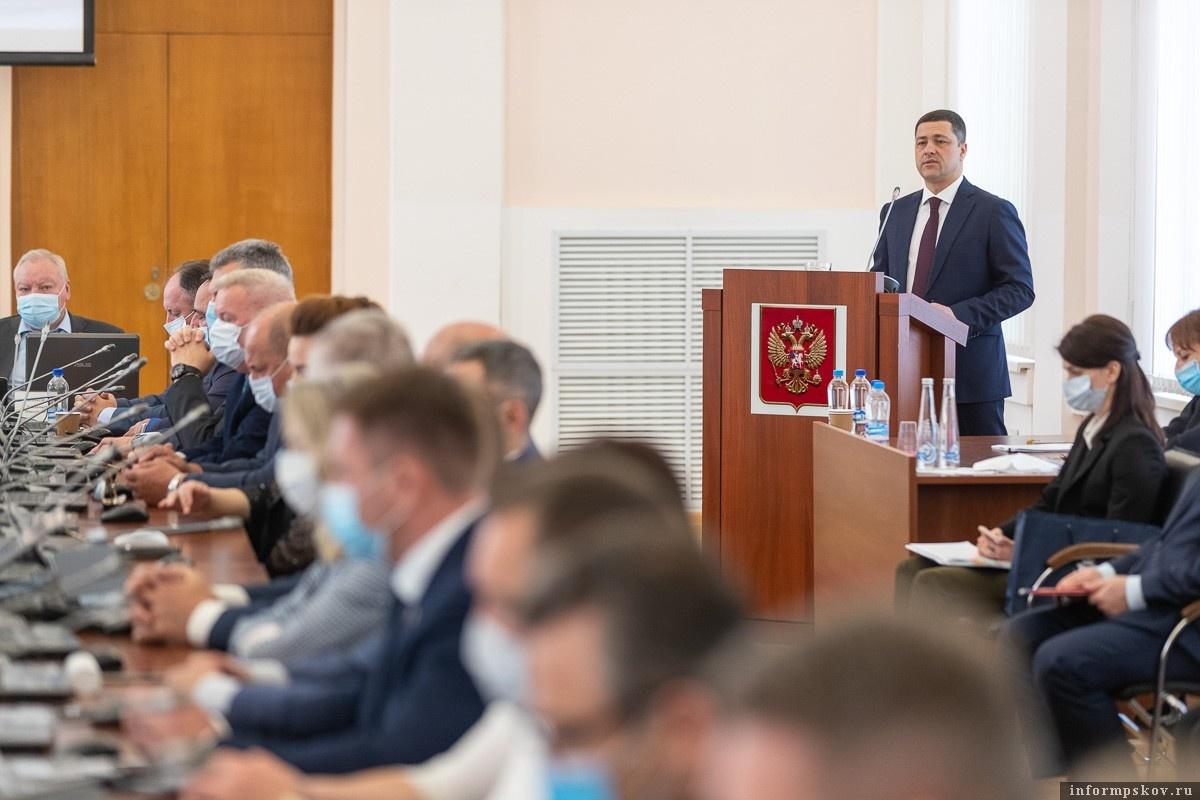 Михаил Ведерников выступает с отчетом на сессии Псковского областного Собрания