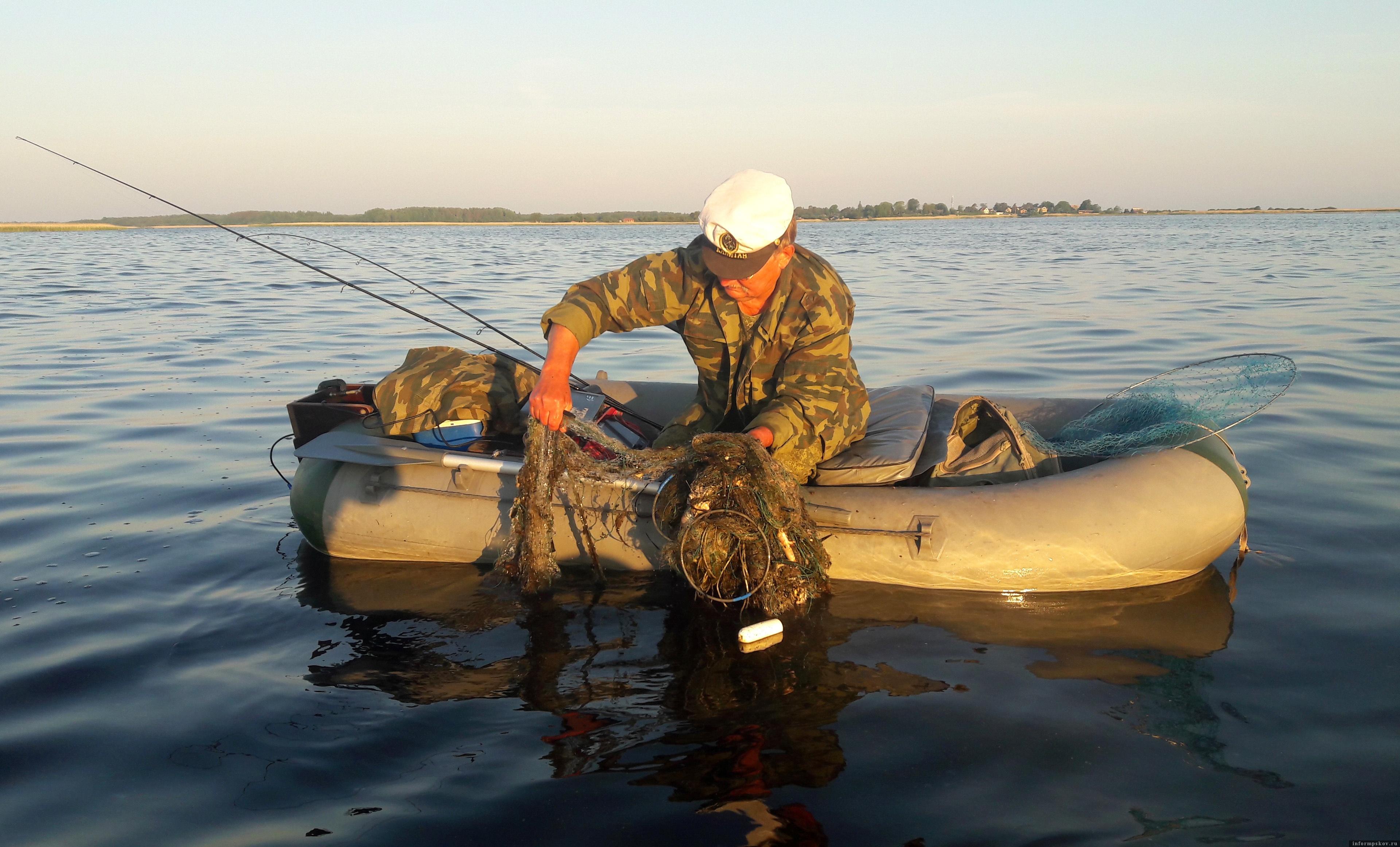 8 июня 2021 года, Раскопельский залив Чудского озера. В маленькой вёсельной лодке ПВХ нет места для транспортировки брошенных сетей. Но не оставлять же такие «бомбы» в заливе? Фото автора.