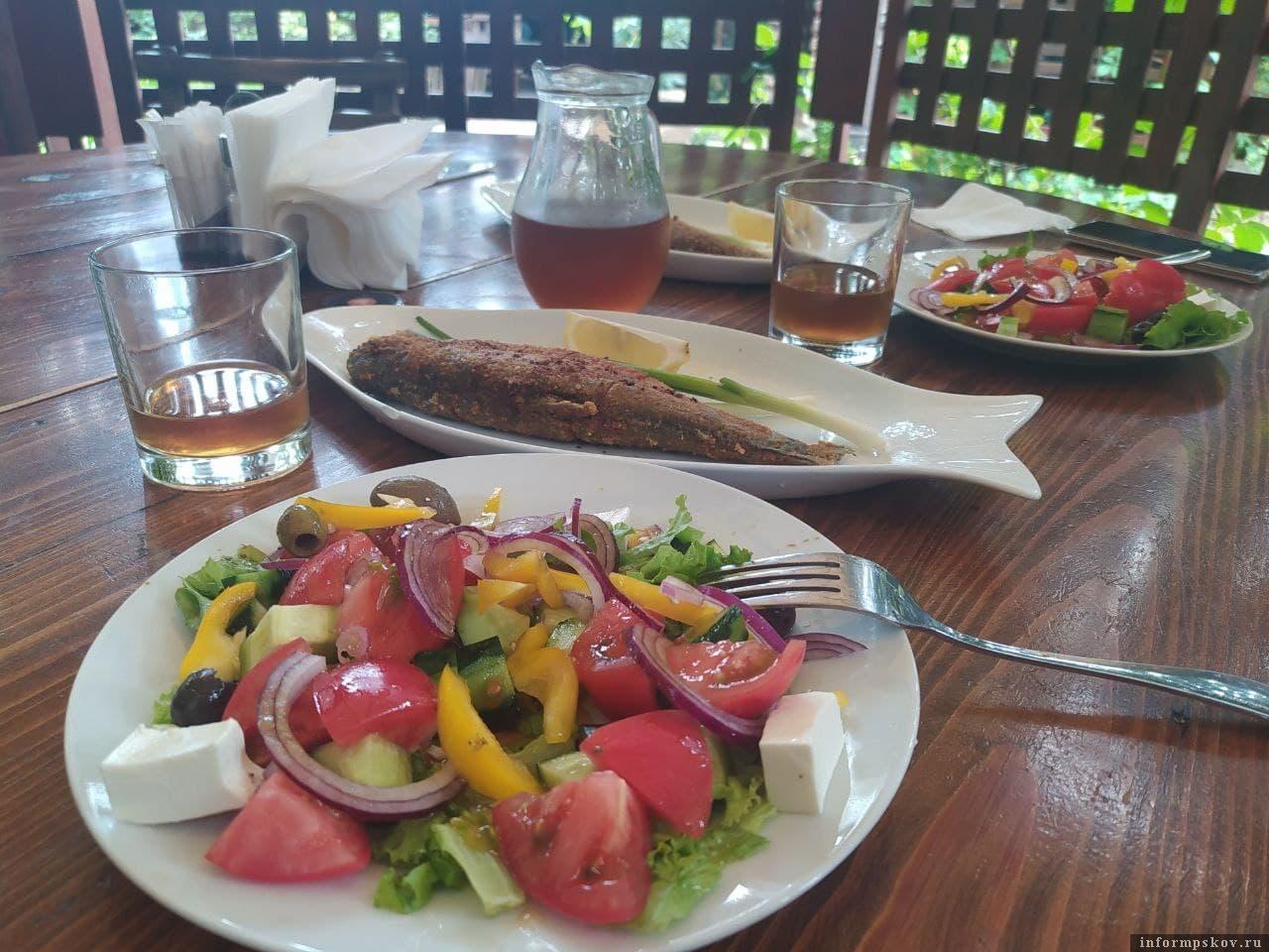 """Греческий салат и форель в ресторане """"Сосновый бор"""""""