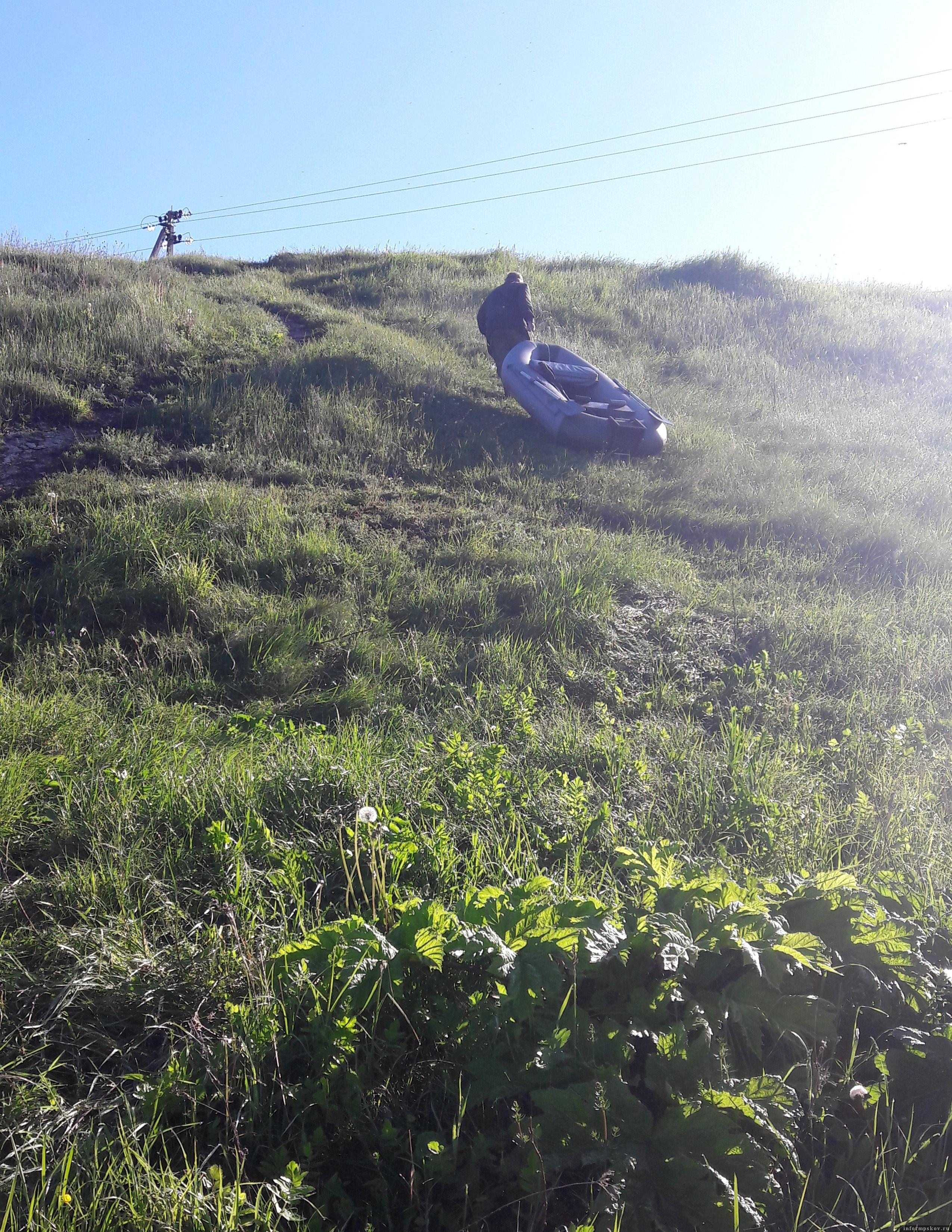 Там где мы рыбачим на Камёнке – высокий обрывистый берег. Вниз легко спускаться, а вот наверх приходиться упираться. Хорошая тренировка и для ног, и для дыхания. Фото автора.