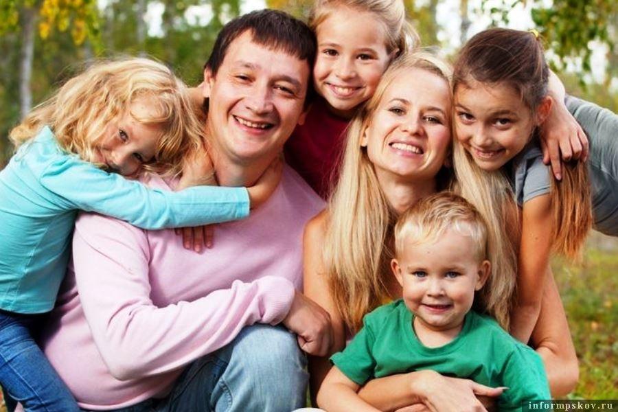 Общественники предложили выплачивать многодетным семьям и отцовский капитал. Фото МФЦ Мои документы