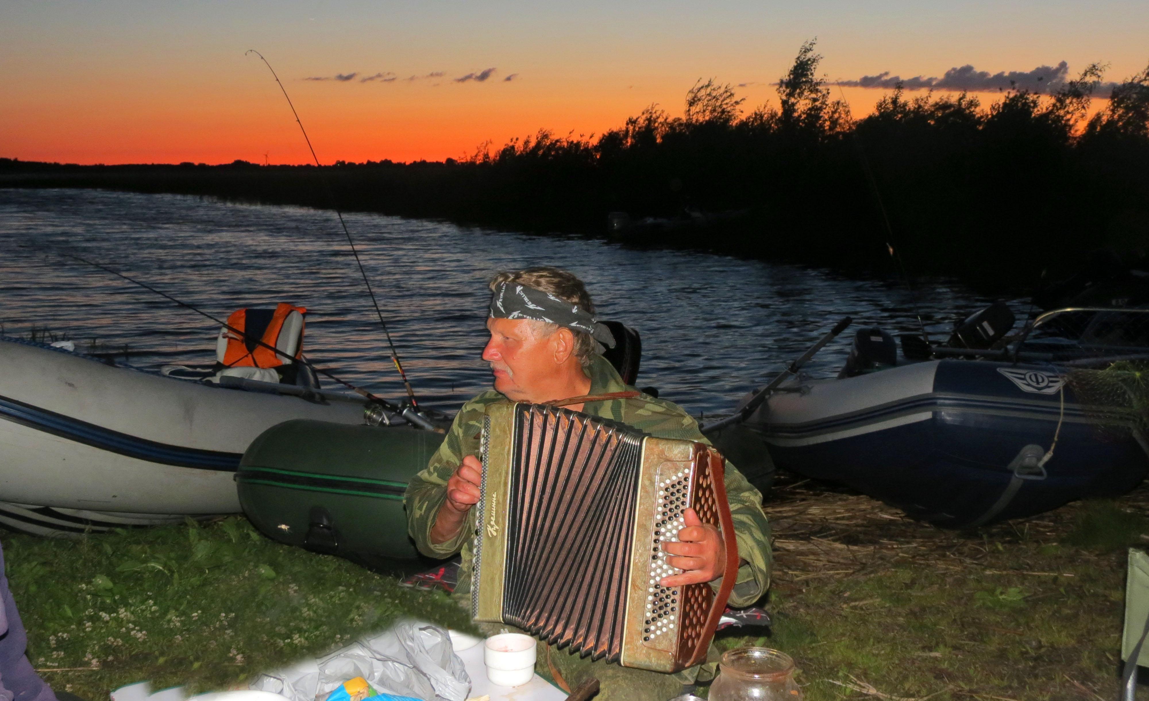 Открытие водно-моторного сезона этого года принесло разочарование  всем, кто рыбачил в Раскопельском заливе. Машин, лодок и рыбаков – очень много. А рыбы не было совсем. Утешением явился лишь баян, да рыбацкие песни у костра на берегу Чудского озера. Фото автора.