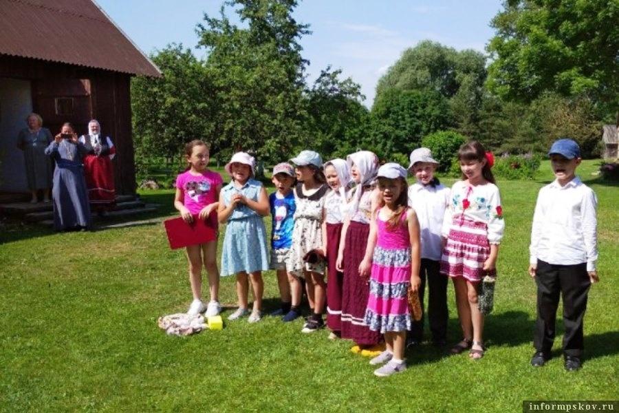 Детишки познакомились с укладом жизни народа сето. Фото пресс-службы Псковской областной администрации