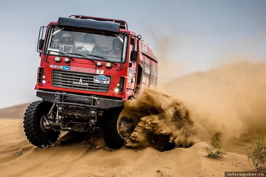В ралли по бездорожью соревнуются в трех категориях — мото, внедорожники и грузовики. Фото silkwayrally.com