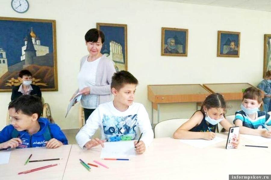 Дети рисовали робота Серёжу. Фото Псковской областной универсальной научной библиотеки.