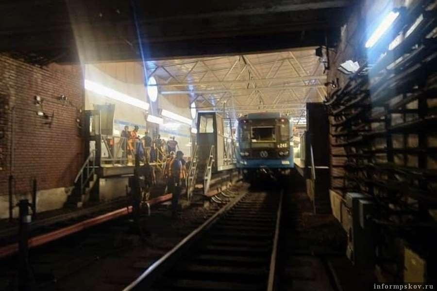 Пробило кабель и состав в питерском метро остановился. Фото Telegram