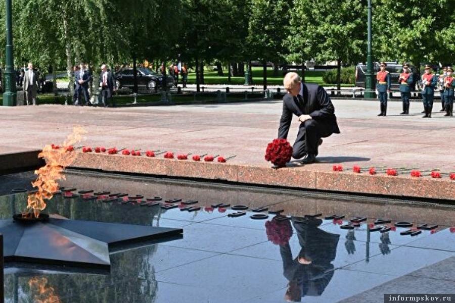 Букет красных роз возложил Владимир Путин к Могиле Неизвестного Солдата. Фото РИА Новости / Алексей Никольский