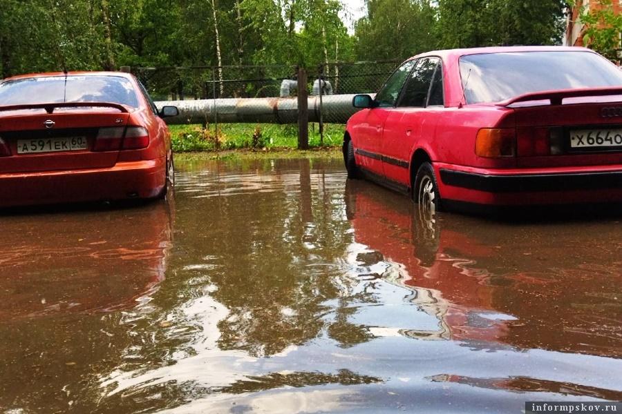 Прошедший ливень затопил улицы Пскова. Фото Вконтакте