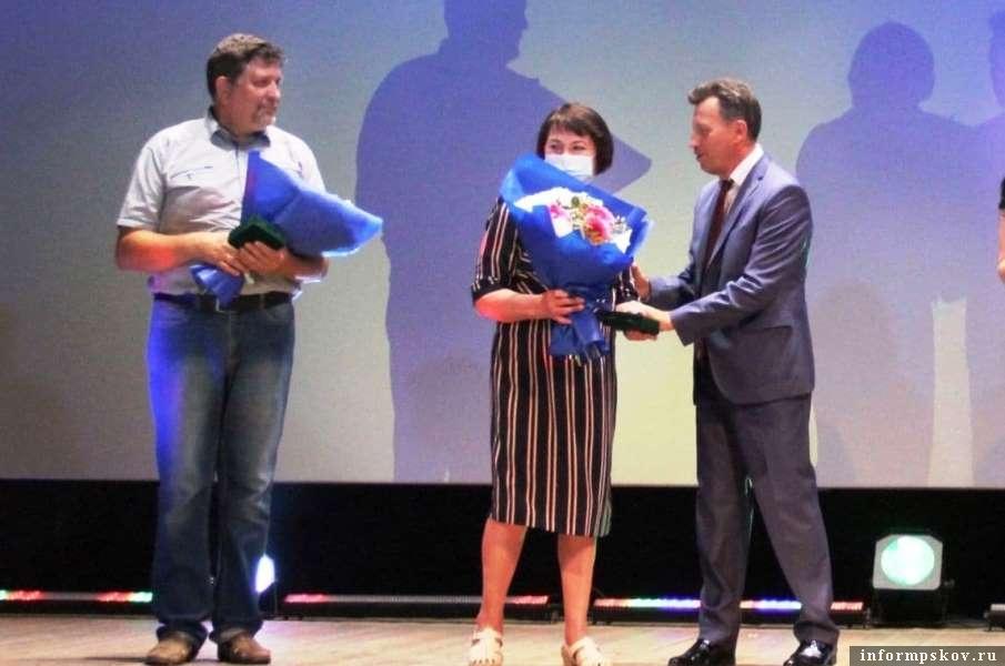 Лучших жителей Новосокольников наградили медалями. Фото газеты «Новосокольнический край»
