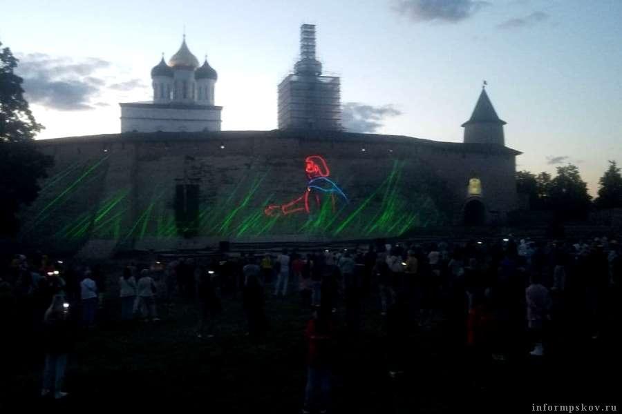 В сумраке позднего вечера лазерное шоу видно наиболее чётко.  Фото Арсения Тимашова