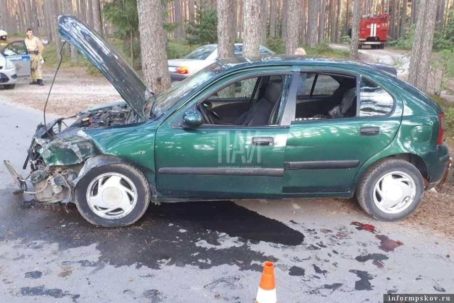Автомобиль врезался в дерево в Печорском районе. Фото ПАИ