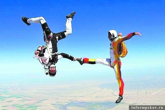 Тренировка спортсменов-парашютистов в точности приземления. Или акробатический этюд в небе. Из архива ЦСКА