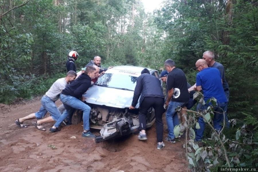Экипаж жив, зрители оттащили машину в сторону. Фото газеты «Псковская правда»